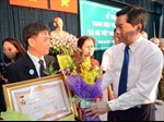 Trao huy hiệu cho các đảng viên cao tuổi Đảng