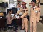 Việc tốt đầu năm, CSGT Hà Nội giúp phụ nữ lang thang 3 ngày đoàn tụ gia đình
