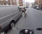 Bị tài xế trêu gẹo trên đường, cô gái trút giận vào... gương ô tô