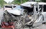 Hai ô tô đấu đầu, 12 người thương vong