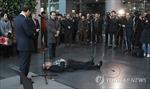 Người đàn ông cầm dao tự sát trước mặt Thị trưởng Seoul