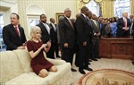 Nữ cố vấn Nhà Trắng thượng cả giày cao gót lên ghế sofa phòng Bầu Dục