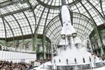 Choáng váng: Chanel phóng tàu vũ trụ trên sàn diễn Paris Fashion Week