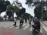 Giao thông không đúng luật, người đi bộ chật vật qua đường