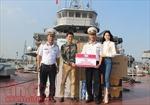 Hoa hậu Thu Vũ tặng quà cho các chiến sỹ Hải quân