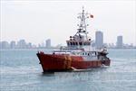 Đưa 2 thuyền viên tàu Hải Thành 26 thoát chết vào bờ