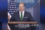 Người phát ngôn Nhà Trắng mang... nước sốt ra bảo vệ ông Trump