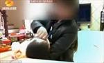 Bé trai suýt chết ngạt vì bảo mẫu bịt mũi ép ăn