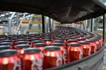 Phát hiện 'chất thải con người' trong lon Coca-Cola