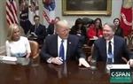 Thêm một thói quen bất thường của Tổng thống Trump bị 'mổ xẻ'