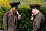 Lính Triều Tiên ăn kem, xem triển lãm giữa căng thẳng chiến tranh