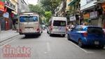 Phố cổ Hà Nội: 'Bát nháo' xe hợp đồng đón trả khách du lịch