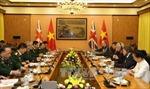 Tướng Nguyễn Chí Vịnh hội đàm với Quốc vụ khanh Quốc phòng Anh