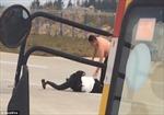 Máy bay chậm cất cánh vì cặp đôi đánh lộn trên đường băng