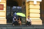 Người Hà Nội chật vật chống nắng nóng đầu mùa