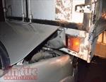 Xe tải mất lái đâm cột đèn, ba ô tô 'dính chùm'