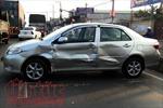Xe container đẩy ô tô 4 chỗ xoay ngang trượt dài, hai người trong xe hoảng loạn