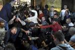 Hỗn loạn và đổ máu khi người biểu tình ầm ầm xông vào tòa nhà Quốc hội Macedonia