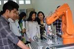 Học sinh hào hứng với thiết bị hiện đại của trường nghề