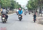 Người đi đường 'mắt tròn mắt dẹt' cảnh cậu bé khoảng 5 tuổi chạy 'siêu' xe trên phố