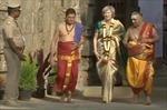Thủ tướng Anh mặc áo sari Ấn Độ, đi chân đất