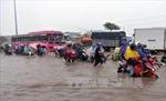 Mưa hơn 1 giờ, nhiều tuyến đường TP Hồ Chí Minh lại thành 'sông'