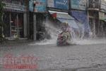 Đường sắt tê liệt, người dân 'bì bõm' lội về nhà sau cơn mưa lớn