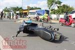 Va quẹt xe máy ngã ra đường, nam thanh niên bị ô tô cán tử vong