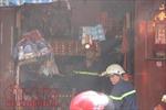 Khói lửa bao trùm, thiêu rụi cửa hàng bán vàng mã ở khu phố người Hoa