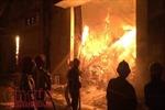 Cháy nổ dữ dội tại kho hàng gần 5.000 m2 giáp cảng Sài Gòn