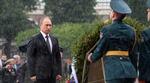 Tổng thống Nga Vladimir Putin tưởng niệm Chiến sỹ Vô danh dưới mưa tầm tã