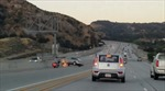 Mỹ: Kinh hoàng cảnh xe 4 chỗ mất lái đâm lộn tùng phèo xe SUV trên cao tốc