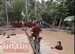 Cười té ghế với cảnh chạy xe đạp qua cầu khỉ ở miền Tây