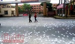 Táo tợn rải phao thi trắng cổng trường, chụp ảnh đăng mạng