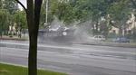 Xe tăng trượt dài, húc đổ cột đèn vì đường trơn