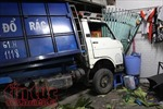 Tài xế xe container ngủ gục, húc xe rác 'bay' vào nhà dân khiến 2 người bị thương