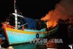 Tàu cá bất ngờ cháy giữa đêm tại cảng Phan Thiết