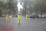 CSGT Hà Nội trực chiến phân luồng tại các điểm ngập lụt, cây đổ
