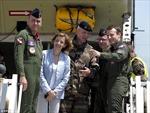 Tổng thống Pháp diện đồ phi công, ngồi phi cơ vận tải quân sự