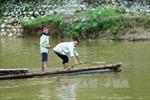 Dân bản Pom Sinh, Điện Biên 'đánh đu' tính mạng khi qua suối bằng bè mảng