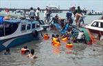 Lật tàu chở 51 người ngoài khơi Indonesia, ít nhất 8 người thiệt mạng