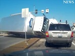 Xe tải vượt đèn đỏ, lật tung trên đường gây tai nạn liên hoàn