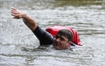 Chán cảnh tắc đường, người đàn ông hàng ngày bơi dọc sông tới nơi làm việc