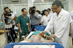 Phó Thủ tướng Vũ Đức Đam thăm hỏi, động viên bác sĩ, bệnh nhân điều trị sốt xuất huyết