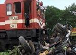 Xe tải liều lĩnh băng qua đường ray bị tàu hỏa đâm nát bét