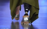 Người mẫu cụt chân từng suýt chết ở Việt Nam trình diễn tại London Fashion Week