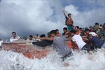 """""""Đặc nhiệm"""" An Bang (Trường Sa) vật lộn với sóng biển"""