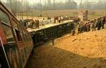 Tàu hỏa đâm xe lu, 70 người thương vong