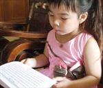 Bé gái 5 tuổi đọc thông, viết thạo