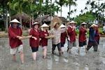 """Khi bà """"Tây"""" thử làm... nông dân Việt"""